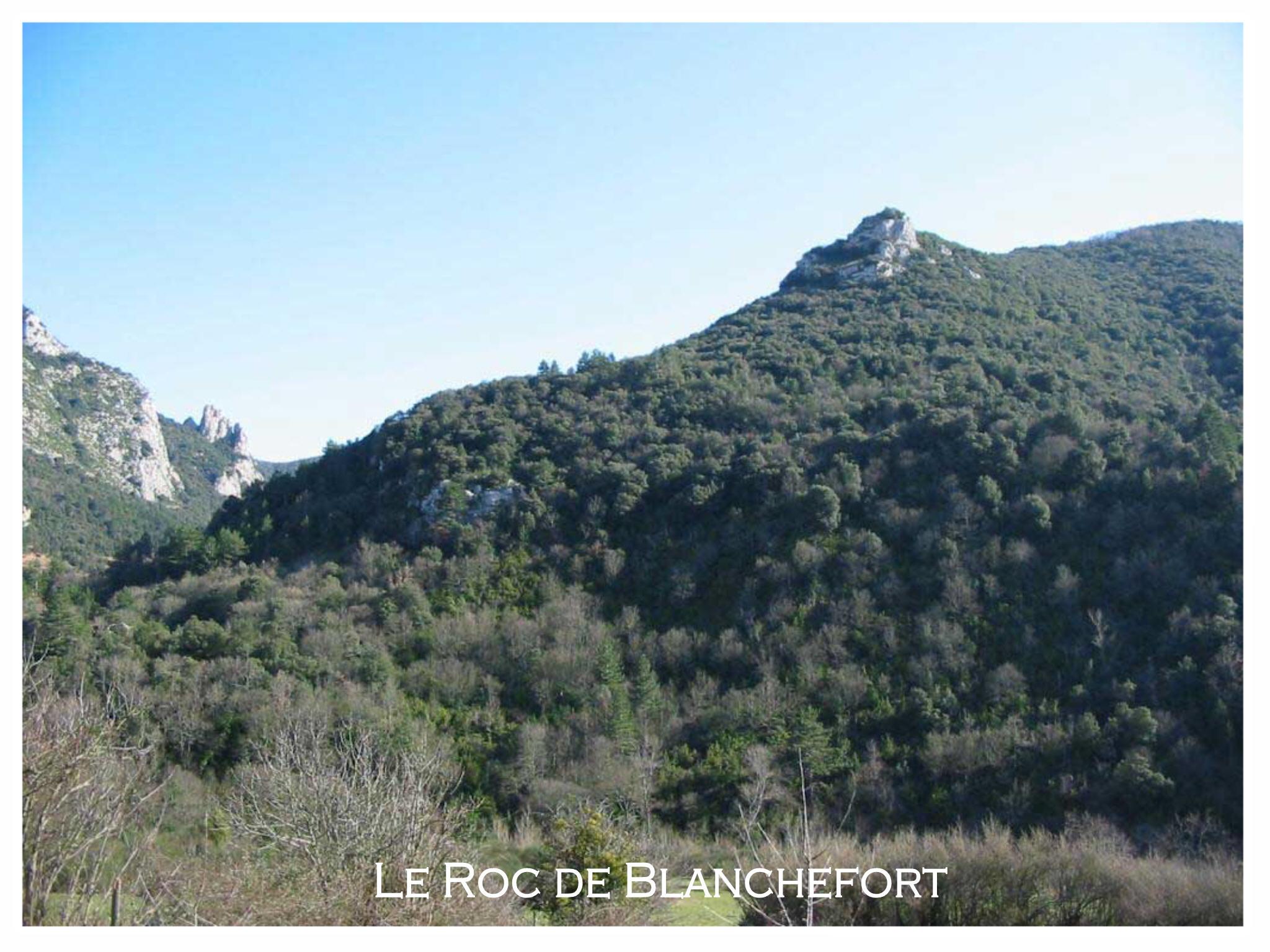 Le Roc de Blanchefort vu du village de Coustaussa